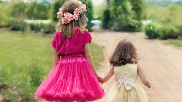 little-girls-walking-773024_960_720
